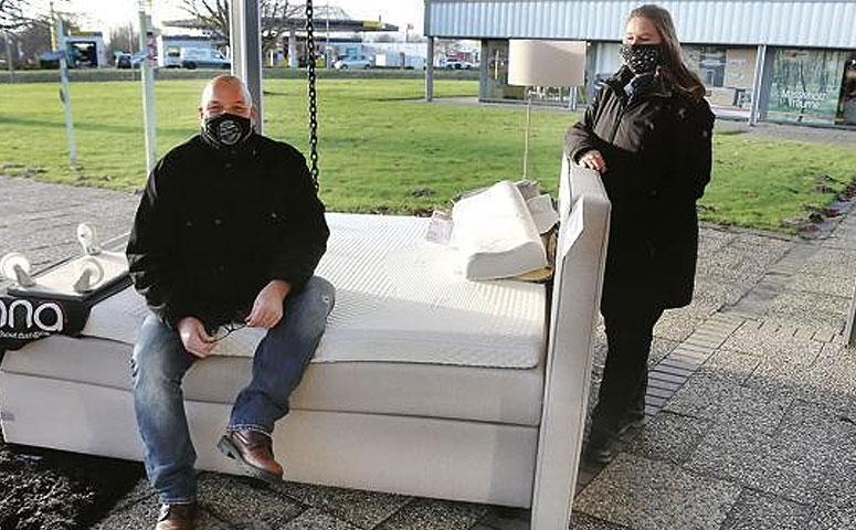 Wohncenter Nordenham продает диваны и кровати на свежем зимнем воздухе