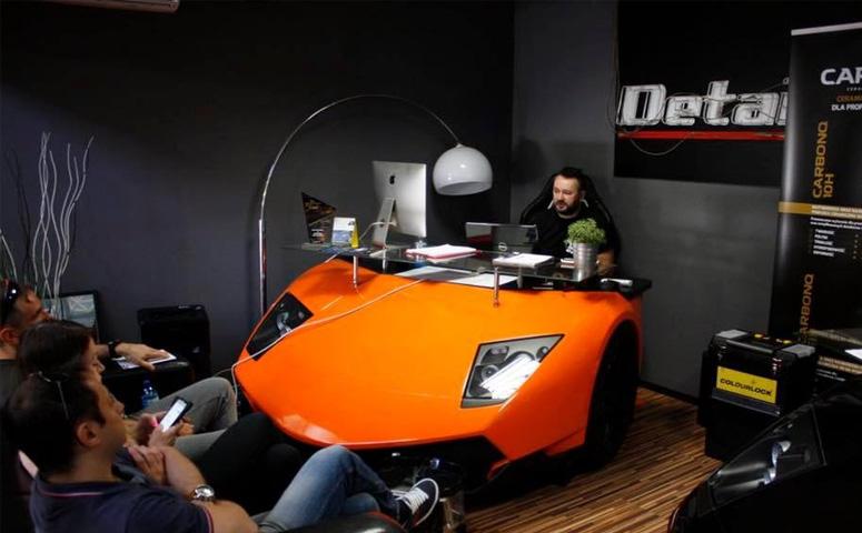 Диваны и письменные столы в форме Lamborghini. За это ему грозит немалый тюремный срок.